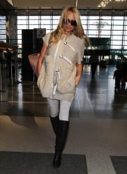 Памела Андерсон, фото 4973. Pamela Anderson makes her way through the LAX airport Los Angeles, february 28, foto 4973