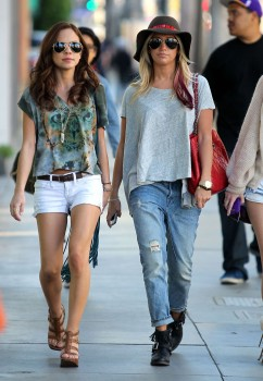 Эшли Тисдэйл, фото 7844. Ashley Tisdale goes out with some friends Santa Monica, march 3, foto 7844