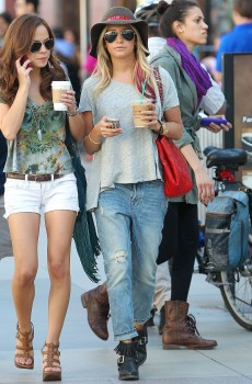 Эшли Тисдэйл, фото 7824. Ashley Tisdale goes out with some friends Santa Monica, march 3, foto 7824