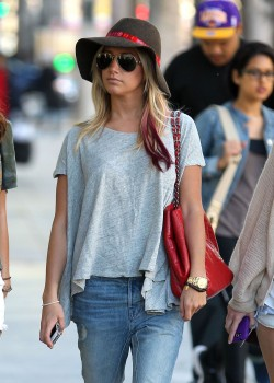 Эшли Тисдэйл, фото 7832. Ashley Tisdale goes out with some friends Santa Monica, march 3, foto 7832